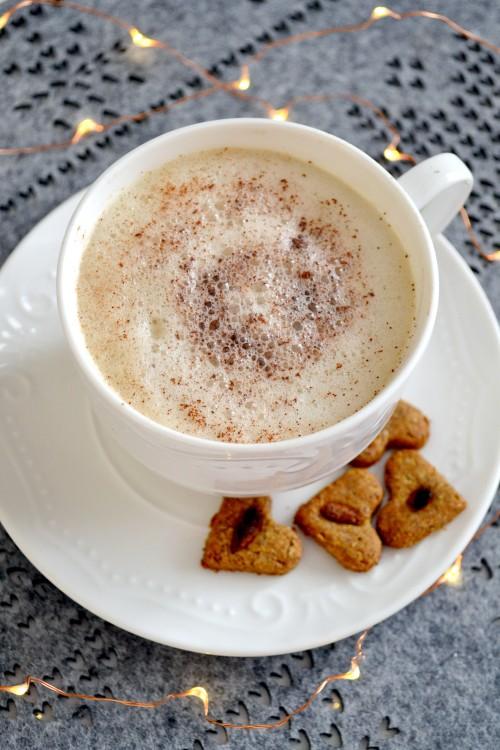 Bezmleczna kawa z pianką i przyprawami korzennymi