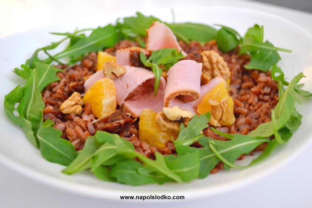 Sałatka z czerwonym ryżem, szynką i pomarańczą