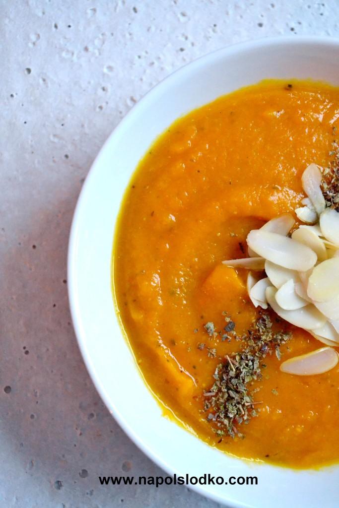 Rozgrzewająca zupa z dyni i soczewicy