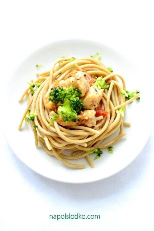 makaron pełnoziarnisty z indykiem, pomidorem i brokułem