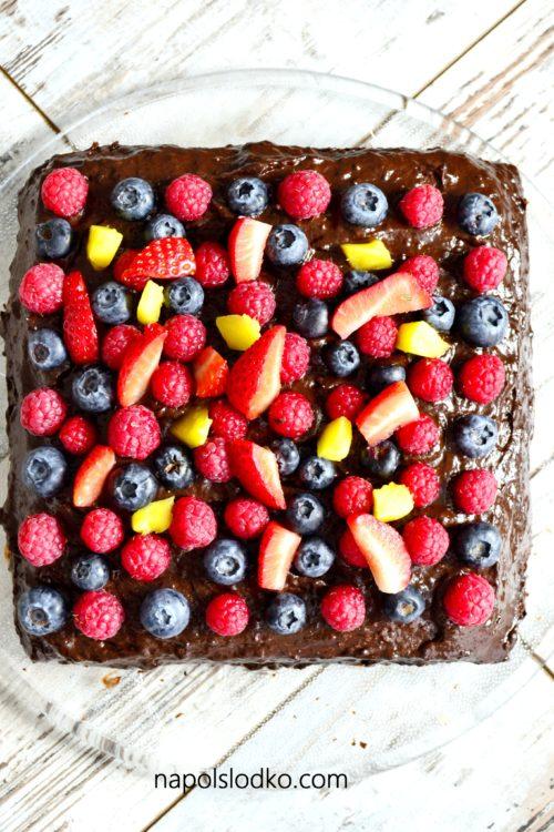 Wegański tort czekoladowy z owocami