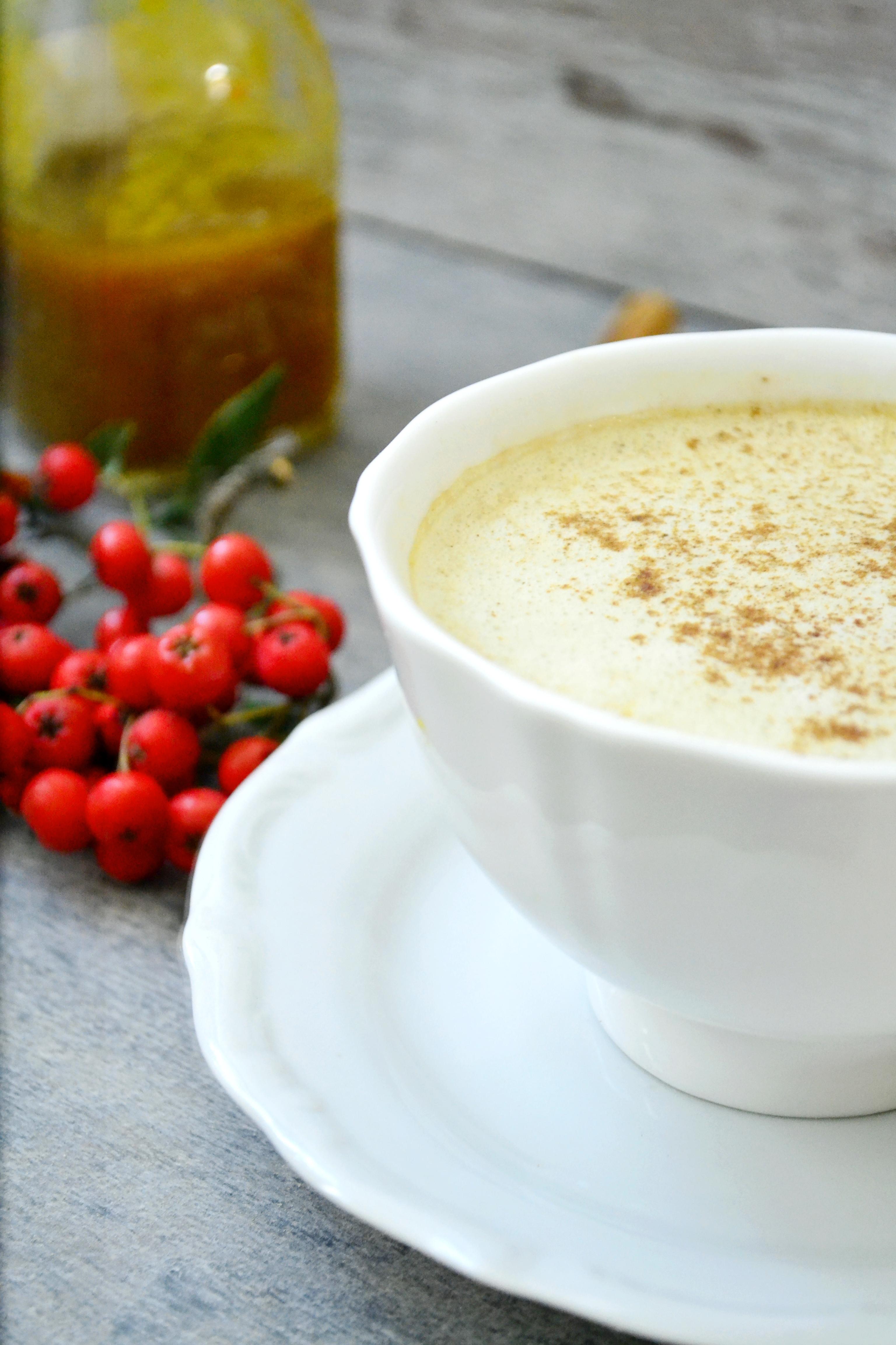 Wegańska kawa z syropem dyniowym bez cukru