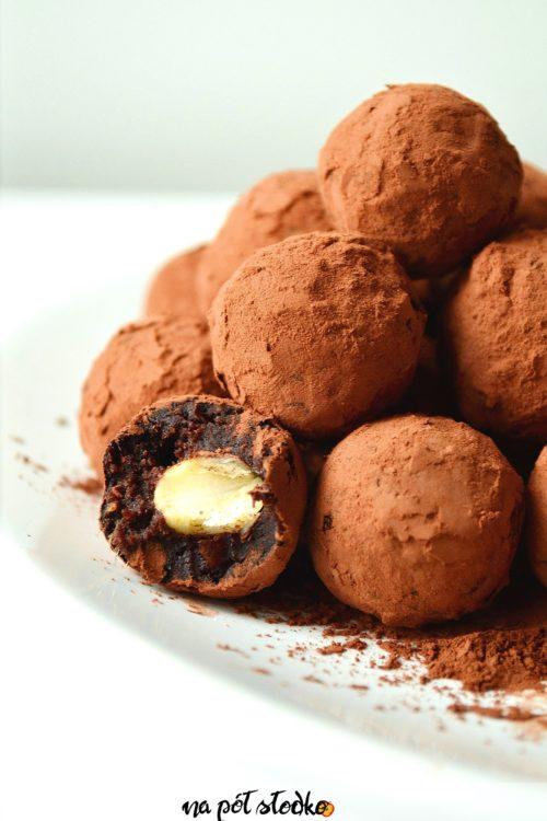 Trufle z migdałami słodzone daktylami - Na półsłodko