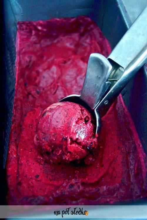 Wegańskie lody jagodowe bez cukru
