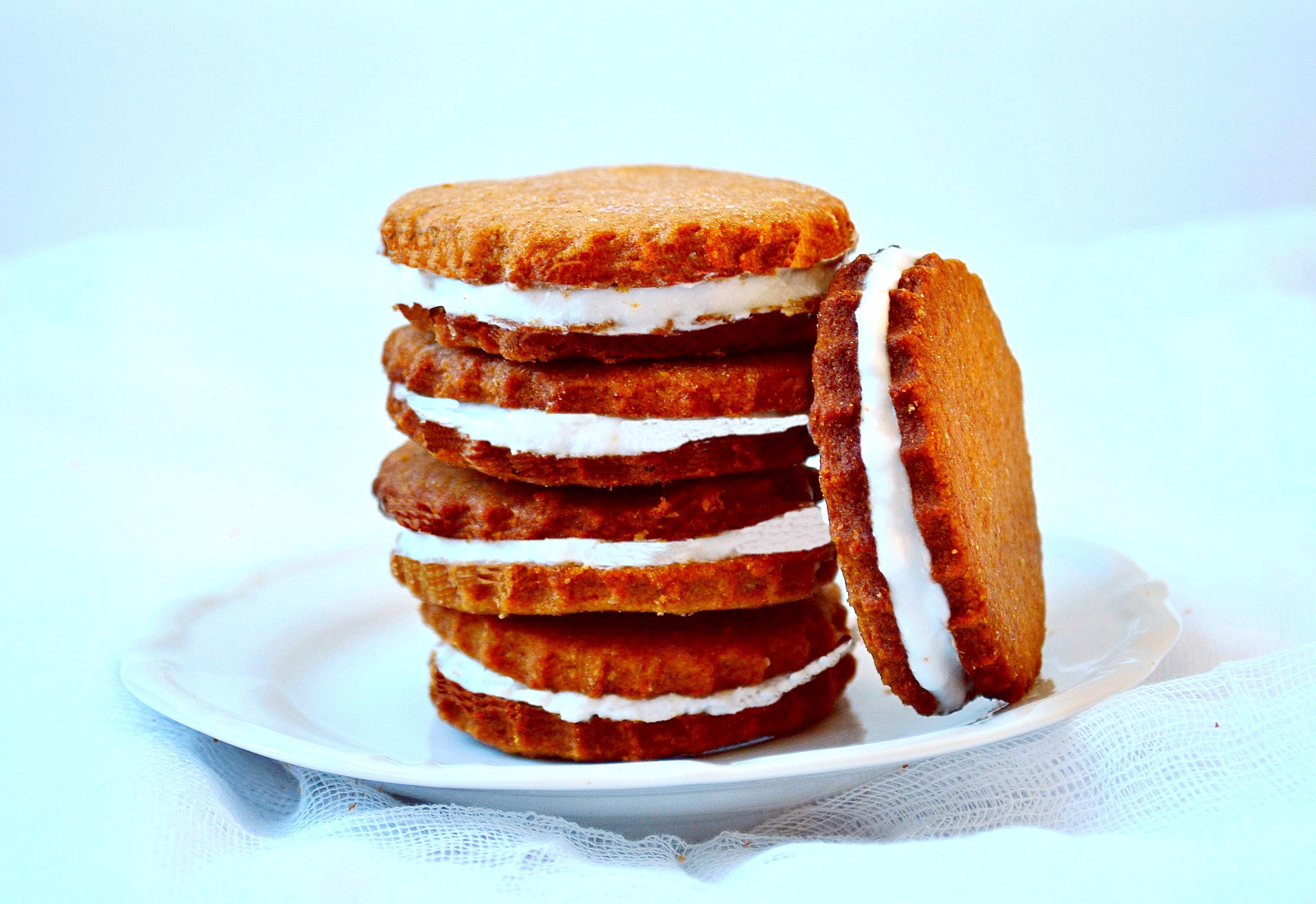 Lodowe ciastka słodzone melasą karobową
