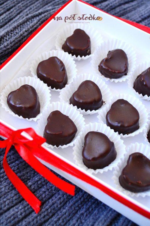 Jadalne prezenty bez cukru. Wegańskie czekoladki z masłem orzechowym.
