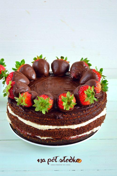 Wegańsk tort czekoladowy z truskawkami bez cukru log