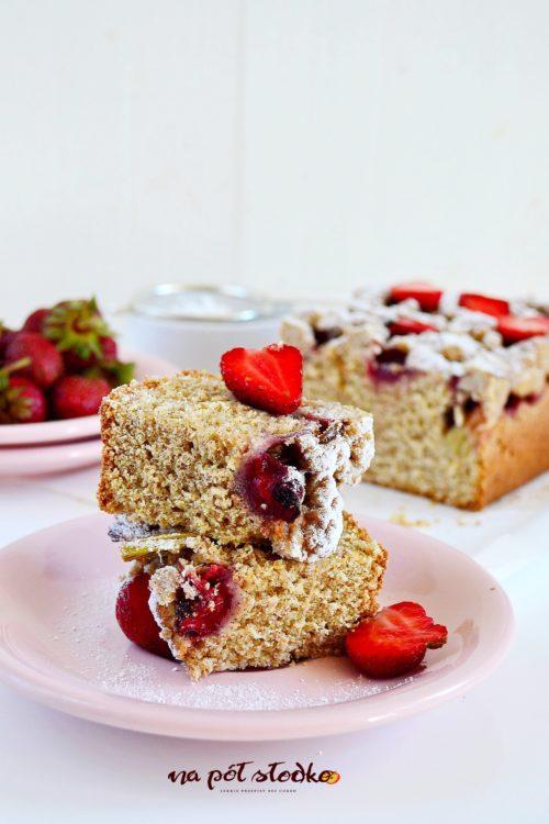 Razowe ciasto drożdżowe z truskawkami i rabarbarem bez cukru i mleka logo
