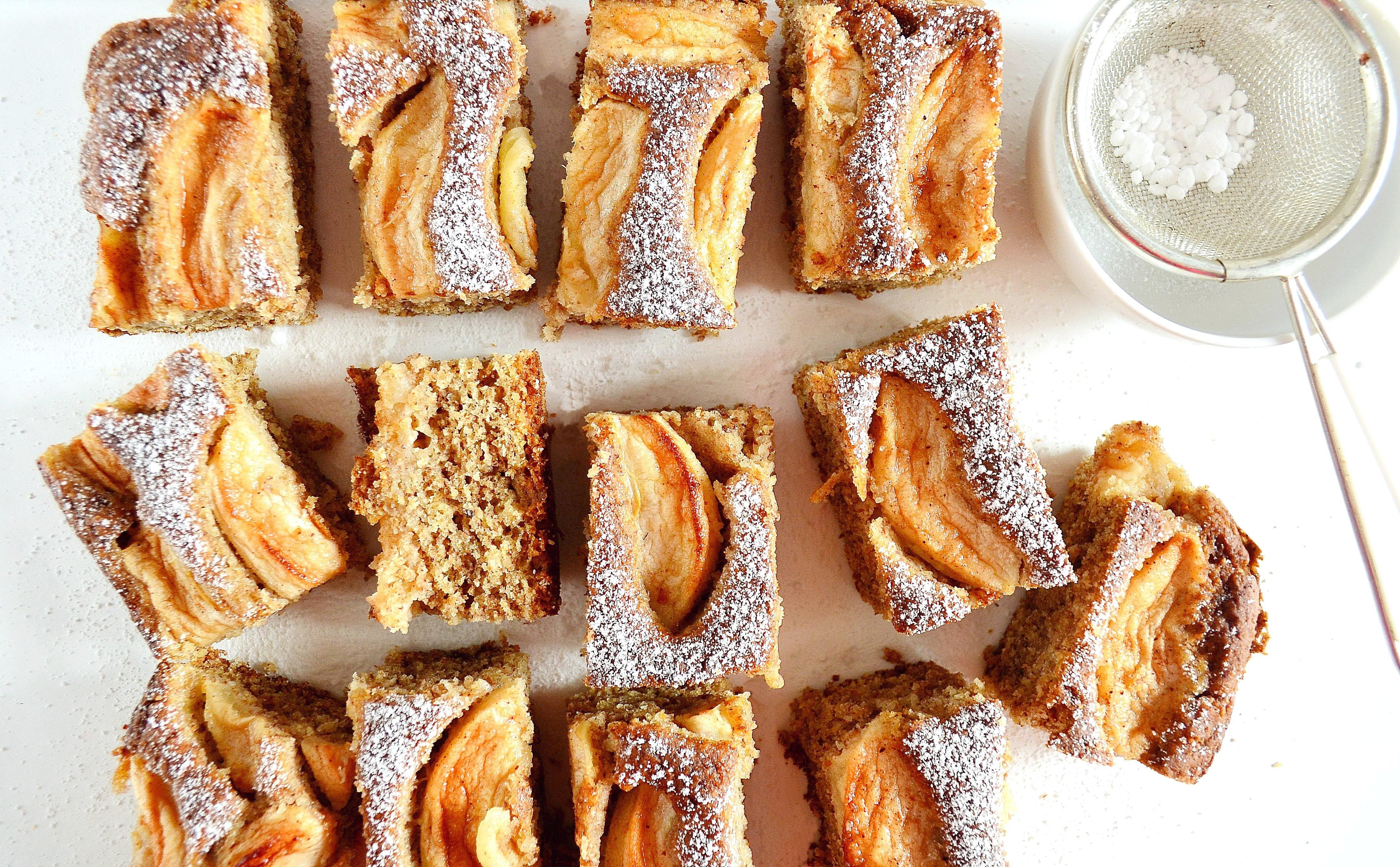 Migdałowe ciasto z jabłkami i cynamonem bez cukru, wegańskie