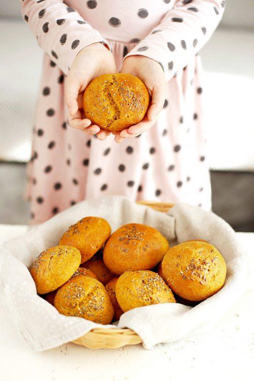 Drożdżowe bułeczki dyniowe na pół słodko