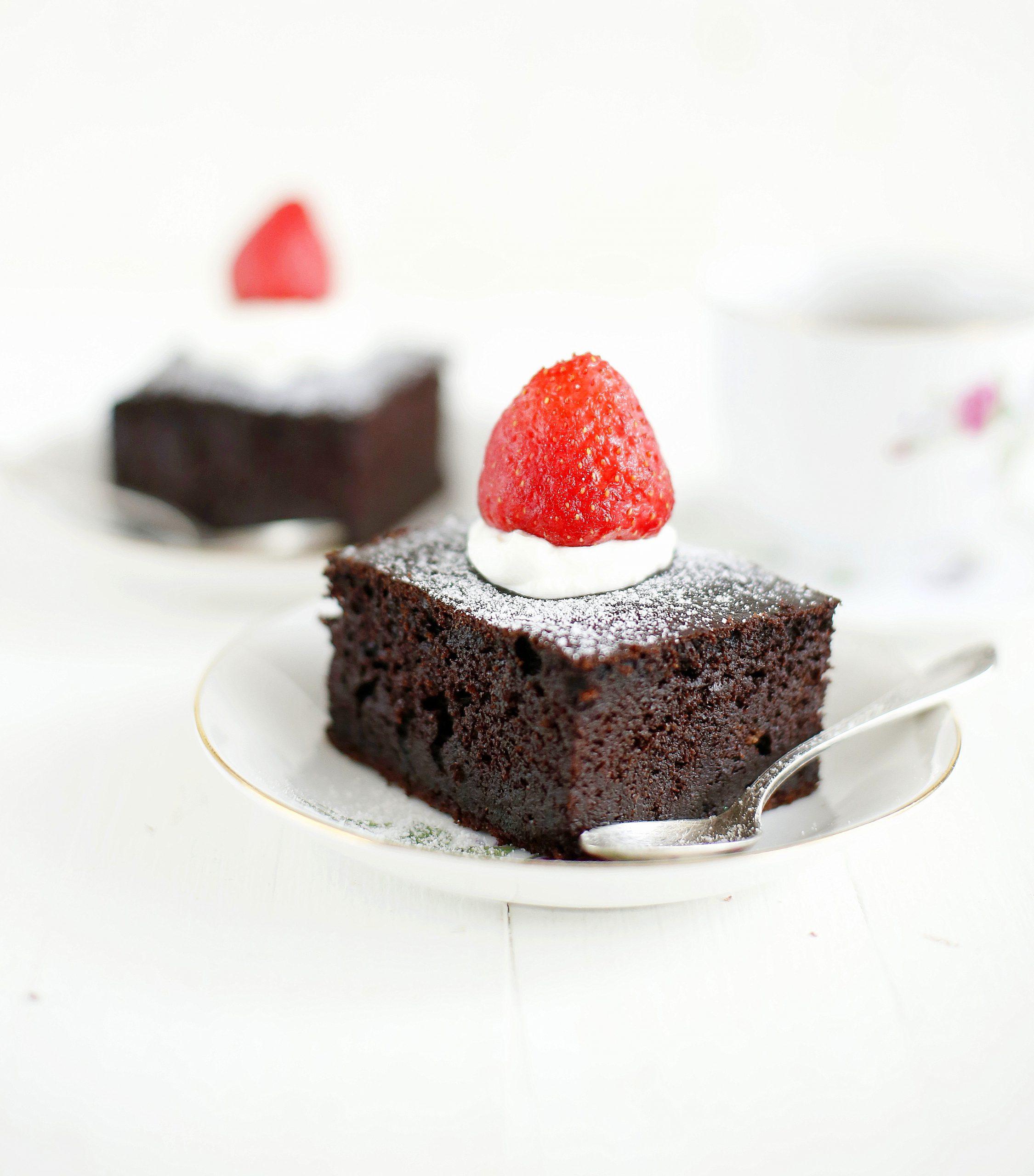 Kawowo - czekoladowe ciasto z mascarpone i truskawkami bez cukru